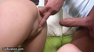 Besoffener Vater fickt seine Olle und die behinderte Tochter durch