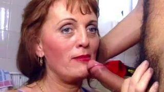 Blonde Cum Sauger Gibt Einen Blowjob Zu Einem Opa