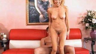Blonde MILF Uma Zex genießt eine gute fucking