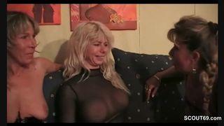 Blondine und ihre geile Freundin beim Dreier
