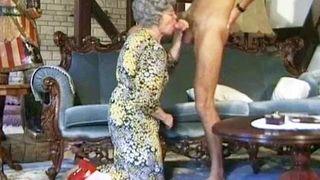 Deutsche Großmutter besorgt es sich selber