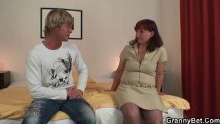 Deutsche Sexy Oma von Callboy gefickt