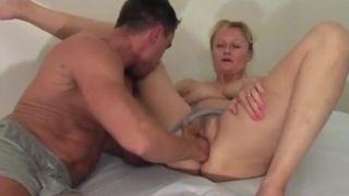 Gangbang Oma fickt jeden Dolch im Sex Club