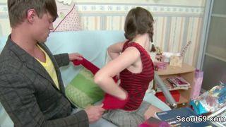 Junges Mädchen während der Klassenfahrt für ein Nackt-Video überredet