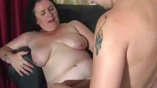 Nach dem Arschfick wird in den Darm gepisst