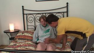 Sie spielt mit seinem Schwanz