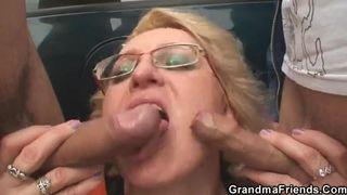 Unartige lesbische Tochter verführt ihre alte dicke Mutter zum sex