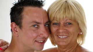 Völlig nackt Mutter von Sohn rechts auf einer Bank fuced