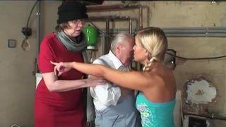 Zwei Hausfrauen und ein Ehemann mit einem Faustfick
