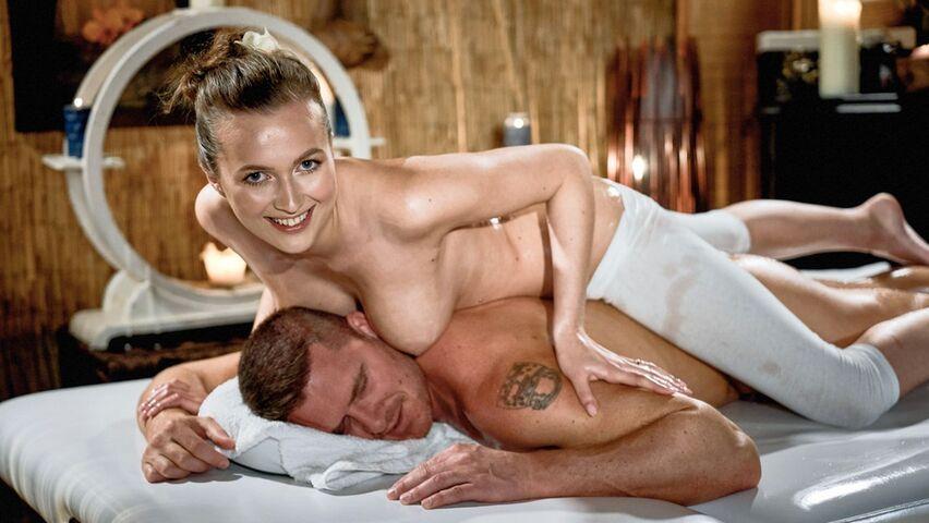 junges-girl-wird-nach-massage-gevoegelt